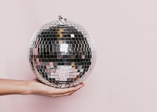 Balle Disco Tenue Dans La Main Photo gratuit