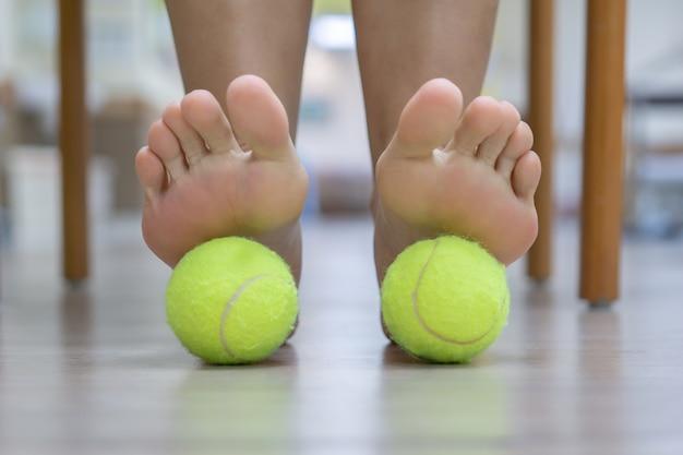 La balle exercera une pression sur le point douloureux et augmentera la procédure. Photo Premium