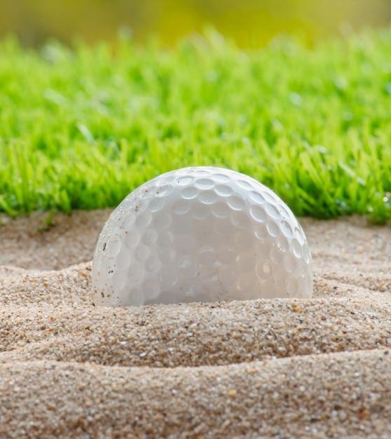 Balle de golf dans le bunker de sable Photo Premium