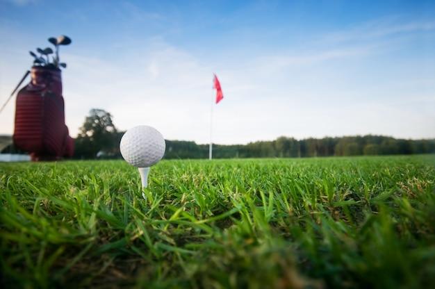 Une balle de golf et le drapeau Photo gratuit