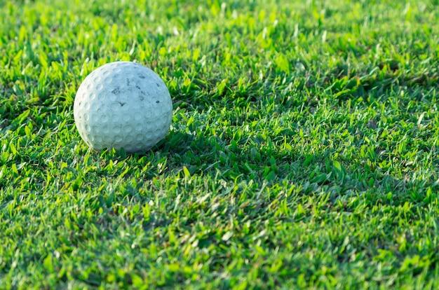 Balle de golf sur l'herbe sur le terrain de golf. Photo Premium