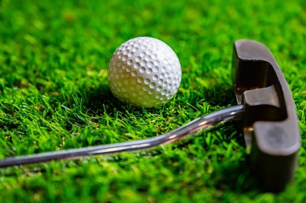 Balle de golf sur l'herbe Photo Premium