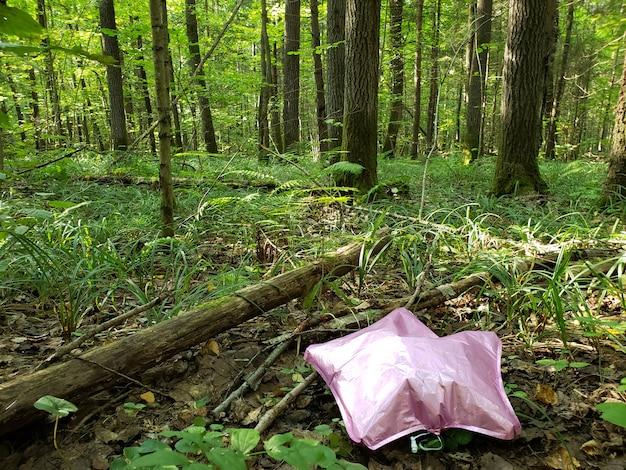 La balle rose est gaspillée dans l'écologie forestière Photo Premium