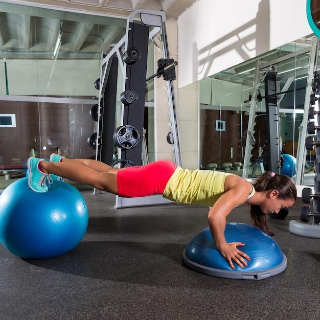 Balle suisse bosu push up femme fitball bleu Photo Premium
