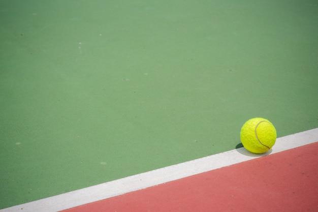 Balle de tennis sur la cour Photo Premium