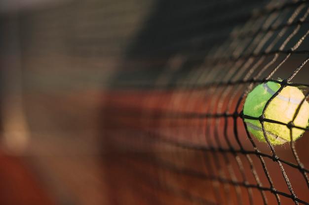 Une balle de tennis frappe le filet Photo gratuit