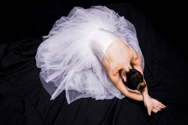 Ballerine à angle élevé sur fond sombre Photo gratuit