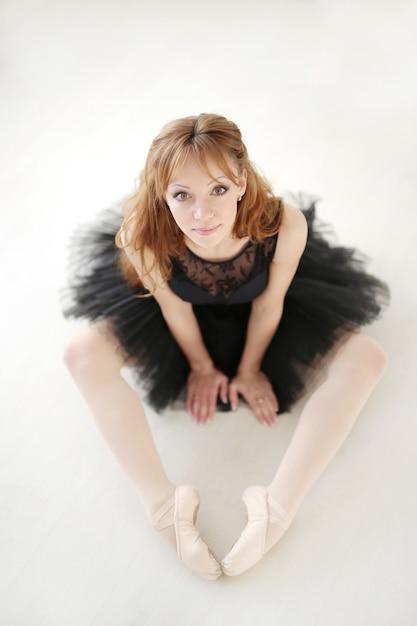 Ballerine Classique Femme En Robe Noire Pratiquant Pour Le Cygne Noir Photo gratuit