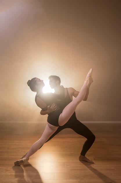 Ballerine complète être tenue par un danseur Photo gratuit