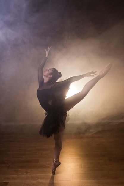 Ballerine complète en position arabesque Photo gratuit