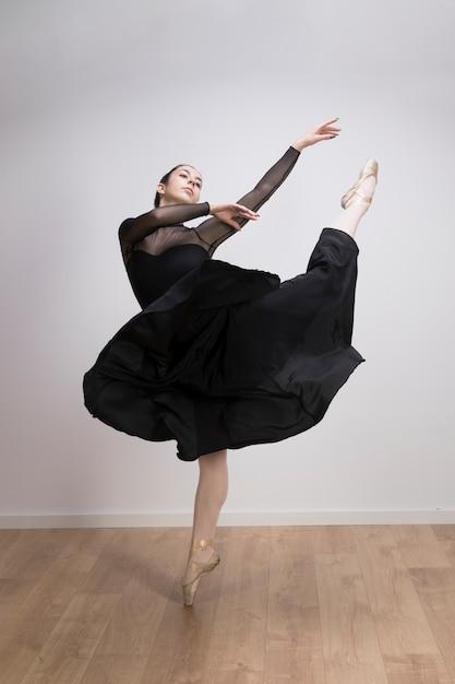 Ballerine complète en salle Photo gratuit
