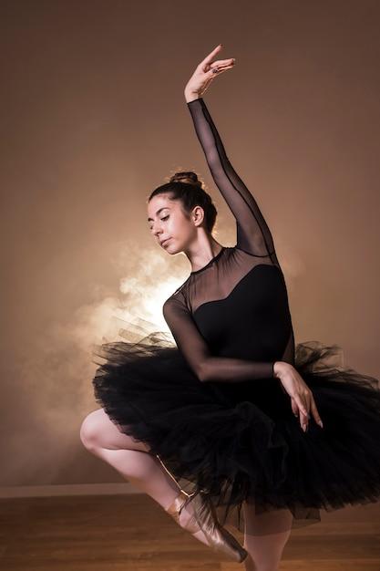 Ballerine moyen coup pose en tutu Photo gratuit