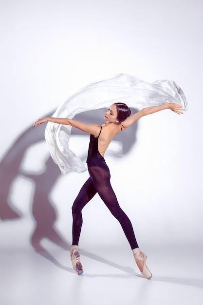 Ballerine En Tenue Noire Posant Sur Les Orteils. Photo gratuit