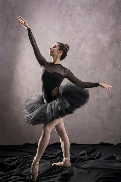 Ballerine de tir complet position confiante Photo gratuit