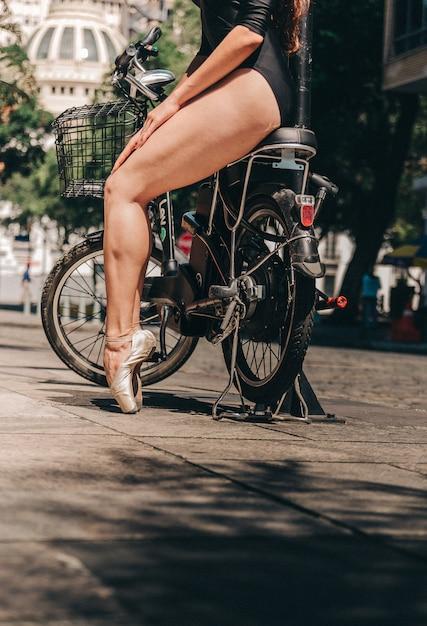Ballerine à vélo dans la ville Photo gratuit