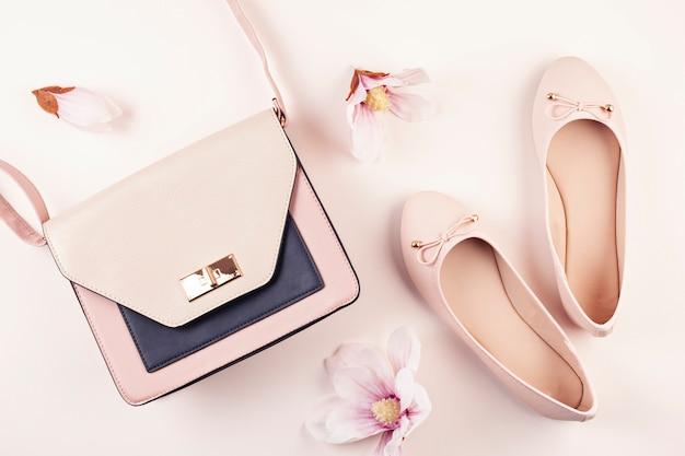 Ballerines De Couleur Nue Et Fleurs De Magnolia. Photo Premium