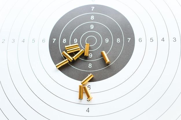 Balles sur papier cible pour la pratique du tir Photo Premium