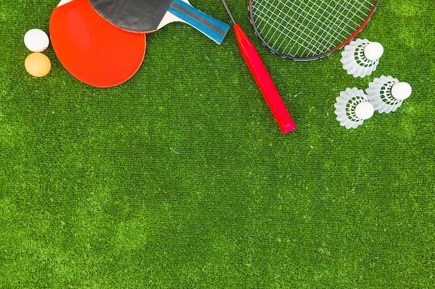 Balles de ping-pong; des volants; badminton et raquettes sur gazon vert Photo gratuit
