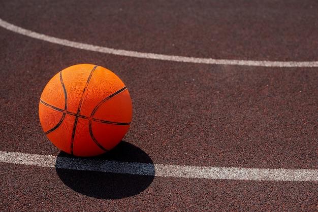 Ballon de basket sur le terrain de sport Photo gratuit