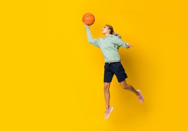 Ballon de basketball fille adolescente sautant Photo Premium