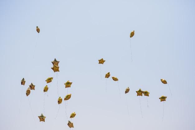 Ballon étoile D'argent Sur Le Ciel Avec Des Filtres De Couleur. Photo Premium