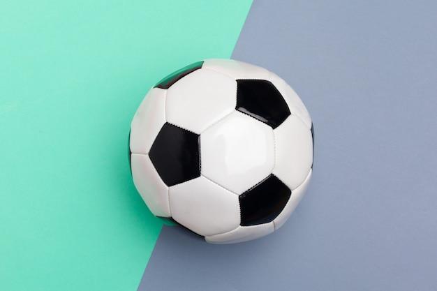 Ballon de foot sur un fond de couleur Photo Premium