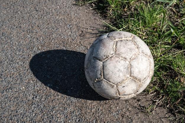 Ballon De Football Blanc âgé Photo Premium