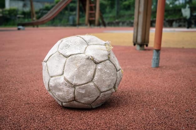 Ballon De Football Blanc Endommagé Sur Le Terrain De Jeu Photo Premium