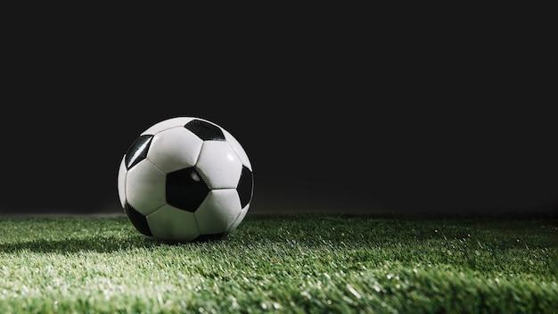 Ballon De Football Sur Gazon De Gazon Photo Premium