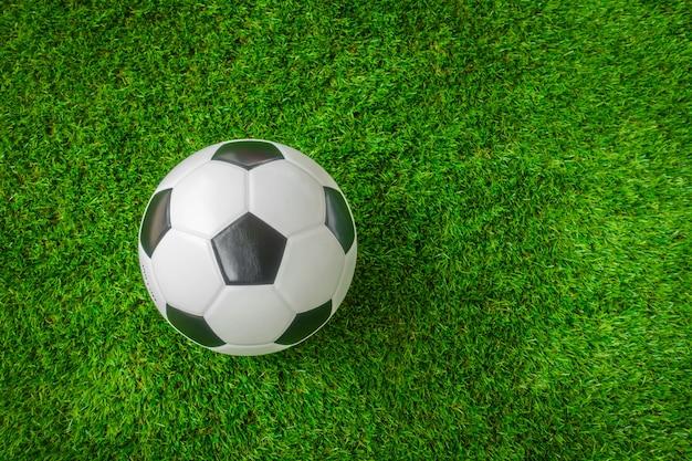 Ballon de football sur l'herbe verte. Photo gratuit