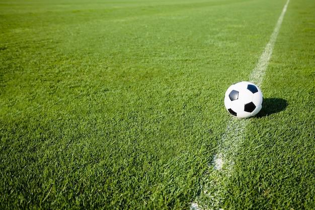 Ballon De Football Sur La Ligne Blanche Photo Premium