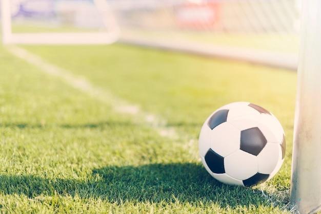 Ballon de football près de butpost professionnel Photo gratuit