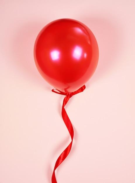 Ballon rouge sur un ruban rouge Photo Premium
