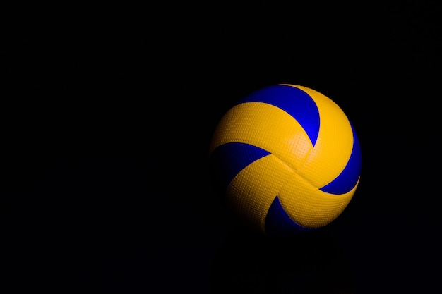 Ballon De Volley-ball Sur Fond Noir Photo Premium