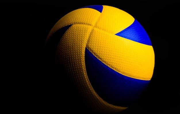 Ballon De Volley-ball Sur Fond Noir Photo Premium