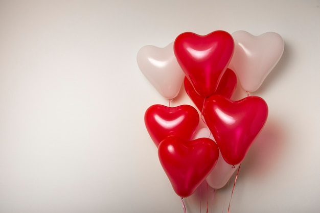 Ballons à Air. Bouquet De Ballons En Forme De Coeur Rouge Et Blanc Sur Fond Blanc. Décoration De La Saint-valentin. Photo Premium