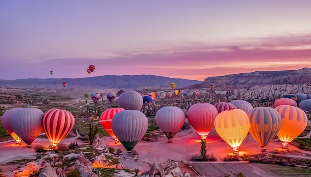 Ballons à air chaud colorés avant le lancement dans le parc national de goreme, cappadoce, turquie Photo Premium