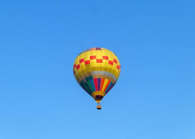 Ballons à air chaud volant dans le ciel bleu Photo Premium