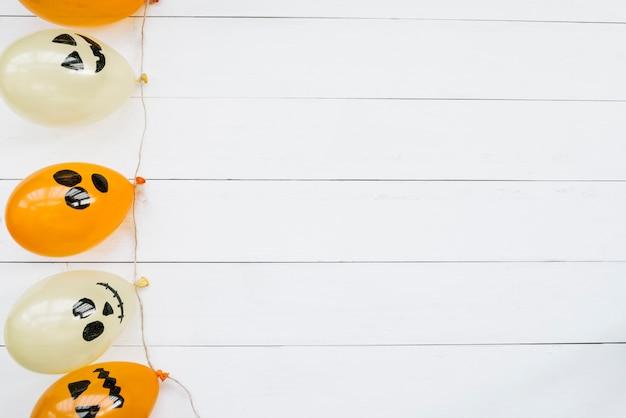 Ballons à air décoratifs avec des visages effrayants d'halloween Photo gratuit