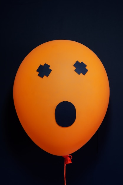 Ballons à air effrayants pour halloween sur noir Photo Premium