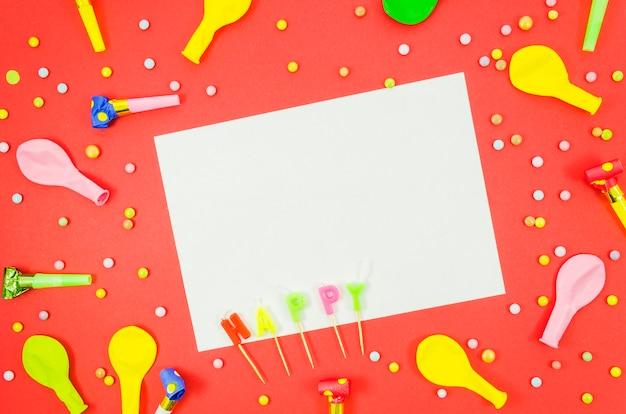 Ballons d'anniversaire colorés avec une feuille de papier Photo gratuit