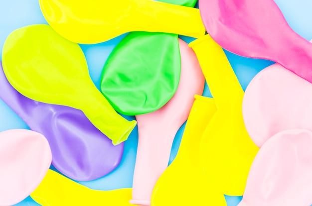 Ballons d'anniversaire colorés Photo gratuit