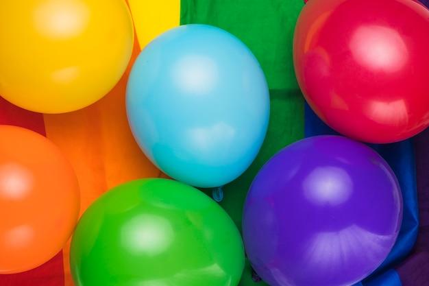 Ballons colorés sur le drapeau arc-en-ciel Photo gratuit