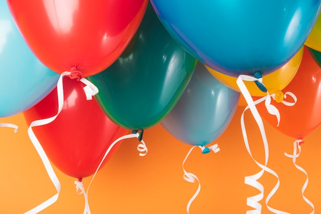 Ballons Colorés Sur Fond Orange Photo Premium