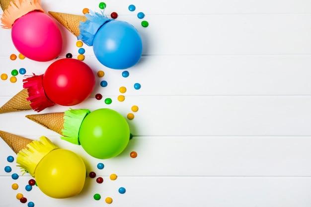Ballons colorés glace sur fond blanc avec espace de copie Photo gratuit