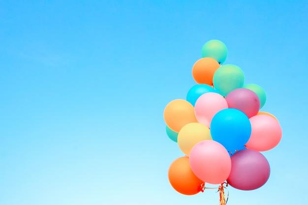 Ballons colorés réalisés avec un rétro sur le fond bluesky Photo Premium