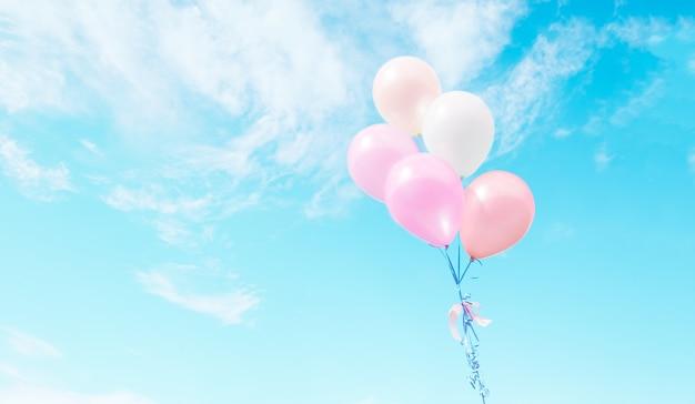 Des ballons colorés volant sur le ciel. Photo gratuit