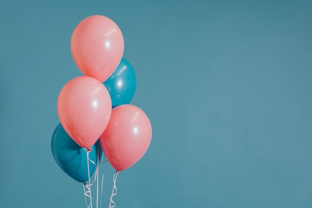 Ballons à l'hélium rose et bleu Photo gratuit