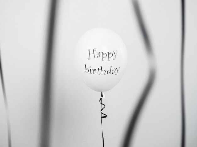 Ballons noir et blanc avec les salutations d'anniversaire Photo Premium