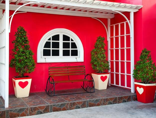 Un banc décoré devant la maison pour se détendre. Photo Premium